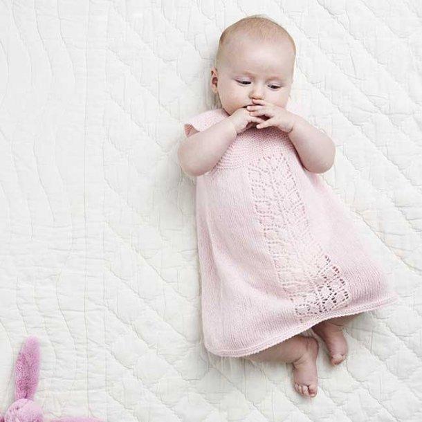 Baby Kjole med hulmønsterbort i cashmere - strikkekit 0-3 mdr