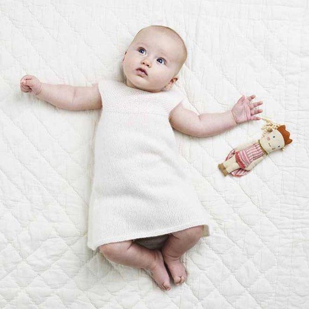 Baby Kjole med rundt bærestykke i cashmere - strikkekit str 0-3 mdr.