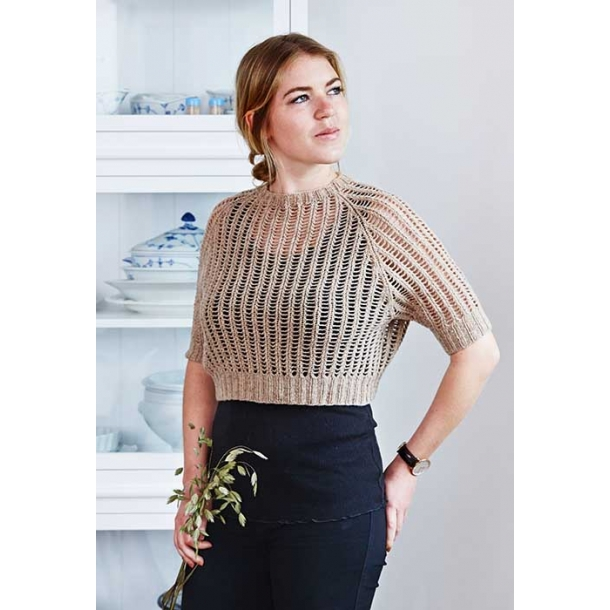 Eirine kort bluse med dyb raglan og hulmønster - strikkekit
