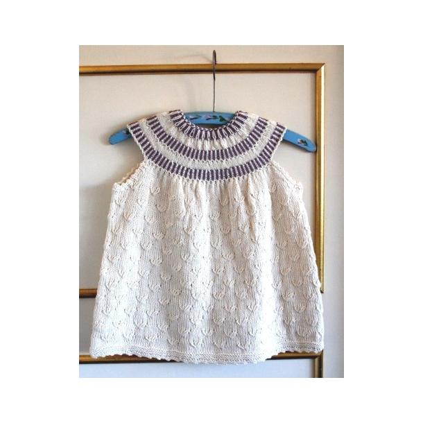 76ad9aa35585 Babykjole med rundt bærestykke uden ærmer strikkeopskrift