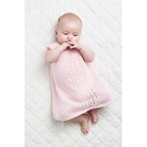 b92a59de Baby Kjole med hulmønsterbort - strikkeopskrift