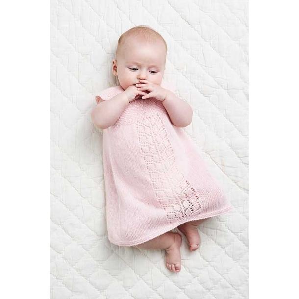 Baby Kjole med hulmønsterbort - strikkeopskrift