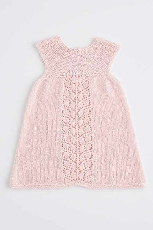 eb86bc7c42eb Babykjole med hulmønsterbort og rundt bærestykke strikkeopskrift 0-2 år