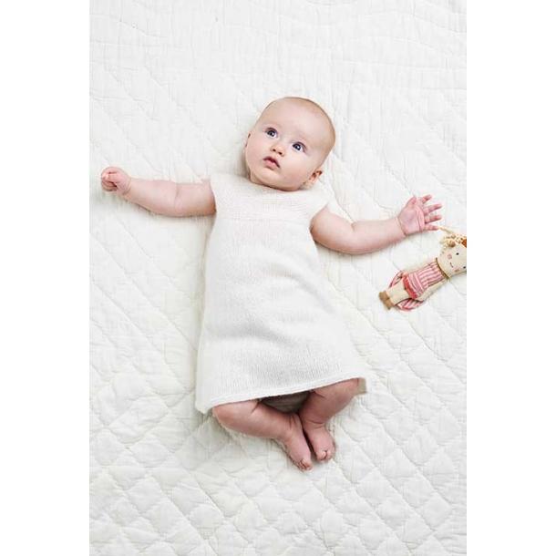 Baby Kjole med rundt bærestykke - strikkeopskrift