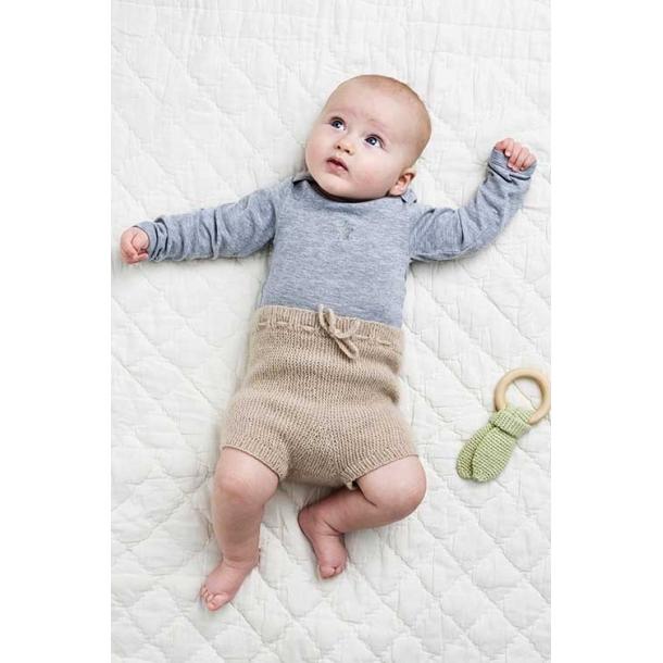 Retstrikkede Babybukser - strikkekit
