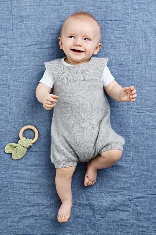 42dd36aefdc1 Babykjole med hulmønsterbort og rundt bærestykke strikkeopskrift 0-2 år